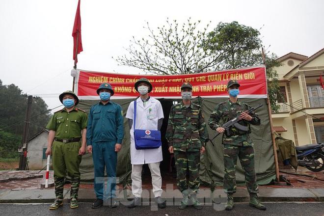 259 học viên Biên phòng lên biên giới dầm mưa chống đại dịch - Ảnh 2.