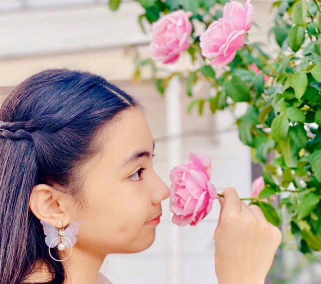 Bà xã Quyền Linh khoe thành quả thu hoạch hoa trái sai trĩu trong căn biệt thự 21 tỷ, được cả chồng lẫn 2 cô con gái xinh đẹp phụ giúp - Ảnh 11.