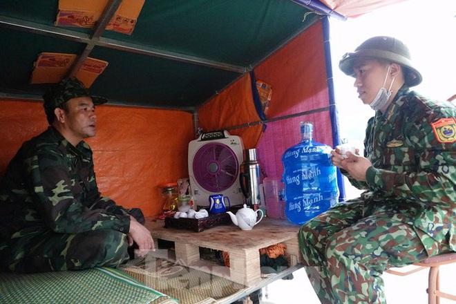 259 học viên Biên phòng lên biên giới dầm mưa chống đại dịch - Ảnh 12.