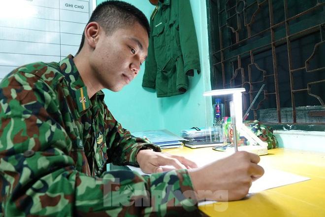 259 học viên Biên phòng lên biên giới dầm mưa chống đại dịch - Ảnh 13.