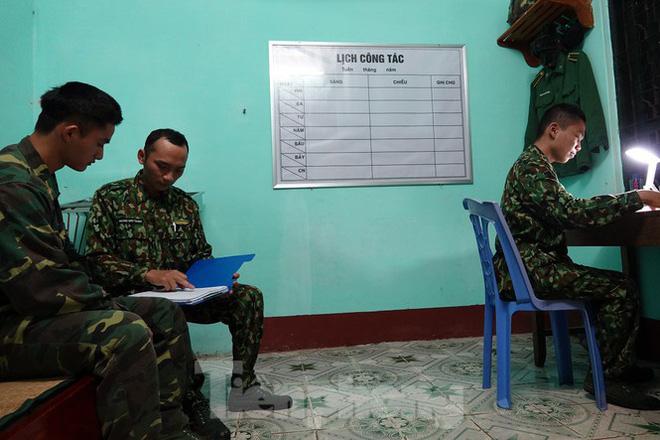 259 học viên Biên phòng lên biên giới dầm mưa chống đại dịch - Ảnh 14.