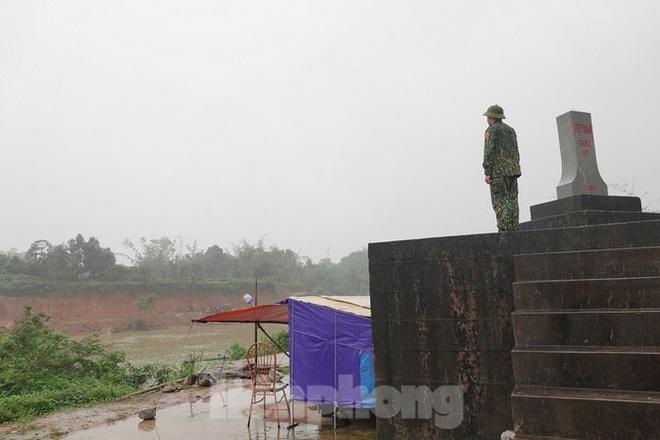 259 học viên Biên phòng lên biên giới dầm mưa chống đại dịch - Ảnh 4.