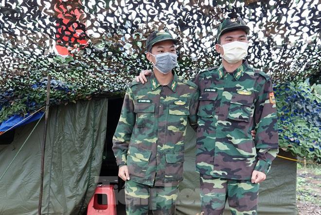 259 học viên Biên phòng lên biên giới dầm mưa chống đại dịch - Ảnh 5.