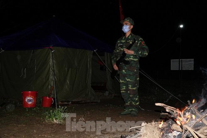 259 học viên Biên phòng lên biên giới dầm mưa chống đại dịch - Ảnh 8.