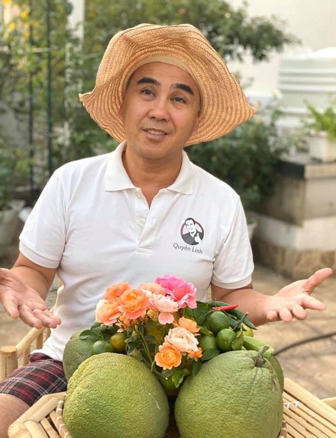 Bà xã Quyền Linh khoe thành quả thu hoạch hoa trái sai trĩu trong căn biệt thự 21 tỷ, được cả chồng lẫn 2 cô con gái xinh đẹp phụ giúp - ảnh 9