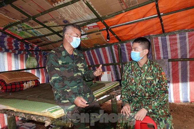259 học viên Biên phòng lên biên giới dầm mưa chống đại dịch - Ảnh 10.