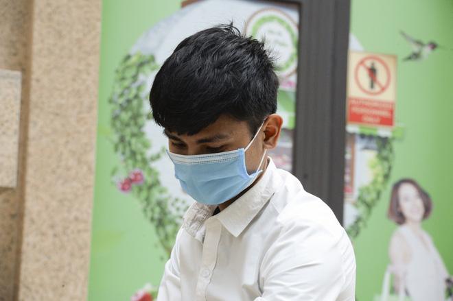 [Ảnh] Hàng quán đóng cửa, đồ đạc ra vào chung cư bệnh nhân 148 sinh sống được khử khuẩn tỉ mỉ - Ảnh 13.