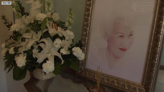 Lễ tang danh ca Thái Thanh: Chỉ có người thân, công chúng chia buồn qua livestream, Ý Lan gục bên quan tài mẹ - Ảnh 10.