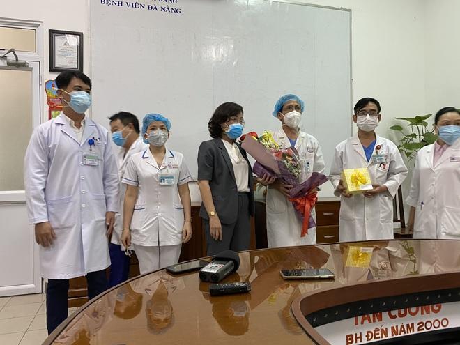 [Clip] Giám đốc Sở Y tế bật khóc, bác sĩ điều trị hứa sẽ tiếp tục chiến đấu ngày 3 bệnh nhân Covid-19 ra viện - Ảnh 4.
