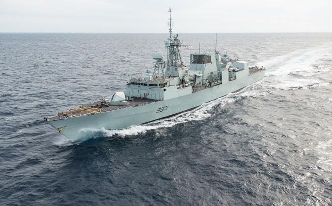 """Tàu tuần tra Nga bất thình lình xuất hiện, làm 2 tàu chiến NATO """"bẽ mặt"""""""