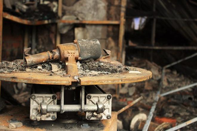 Hiện trường vụ cháy cửa hàng thiết bị ô tô khiến 2 ông cháu tử vong - Ảnh 11.