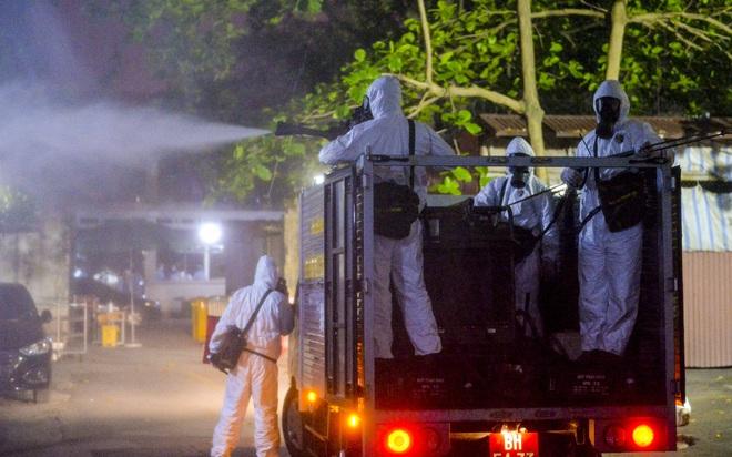 Cận cảnh quá trình phun tiêu trùng, khử độc kéo dài gần 1 tiếng ở Bệnh viện Bạch Mai - Ảnh 7.