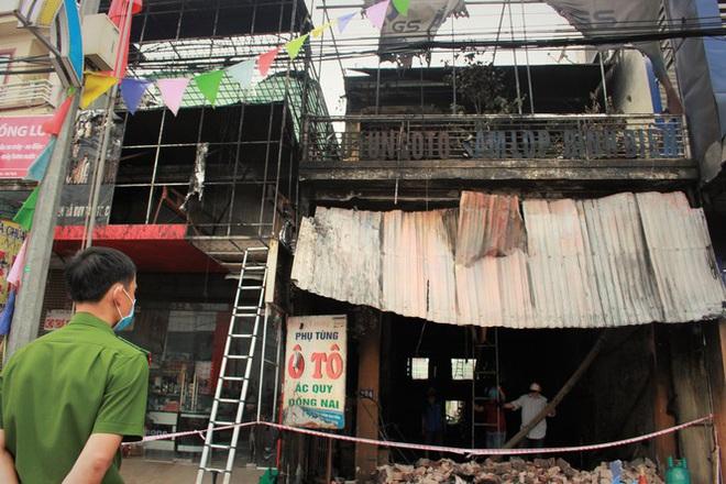 Hiện trường vụ cháy cửa hàng thiết bị ô tô khiến 2 ông cháu tử vong - Ảnh 16.