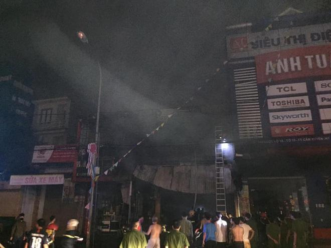 Hiện trường vụ cháy cửa hàng thiết bị ô tô khiến 2 ông cháu tử vong - Ảnh 2.