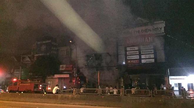 2 ông cháu mắc kẹt tử vong thương tâm khi cháy cửa hàng thiết bị ô tô - Ảnh 1.