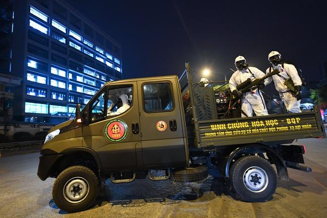 BV Bạch Mai được tiêu trùng khử độc, Binh chủng Hoá học huy động 10 xe chuyên dụng làm việc trong đêm - Ảnh 3.