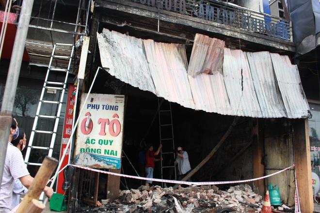 Hiện trường vụ cháy cửa hàng thiết bị ô tô khiến 2 ông cháu tử vong - Ảnh 4.