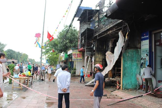 Hiện trường vụ cháy cửa hàng thiết bị ô tô khiến 2 ông cháu tử vong - Ảnh 15.