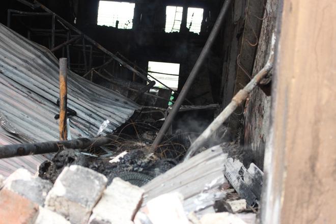 Hiện trường vụ cháy cửa hàng thiết bị ô tô khiến 2 ông cháu tử vong - Ảnh 8.