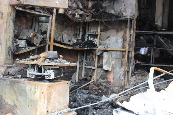 Hiện trường vụ cháy cửa hàng thiết bị ô tô khiến 2 ông cháu tử vong - Ảnh 10.