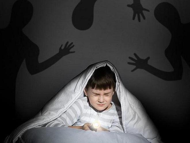 Con trai 10 tuổi cứ mùa hè đến là sợ, nghe tiếng sét là khiếp đảm, biết nguyên nhân, bố mẹ ôm nhau khóc nức nở - Ảnh 1.