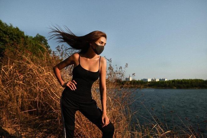 """Đi cách ly mà vẫn siêu """"lầy"""", Võ Hoàng Yến bị dân mạng chụp lại khoảnh khắc chen chân hóng hớt cặp đôi tỏ tình với tư thế cực khó đỡ - ảnh 5"""
