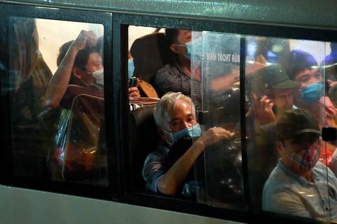 [Ảnh] Đoàn xe ô tô đưa hàng trăm người rời viện Bạch Mai sau khi phun tiêu trùng, khử độc - Ảnh 9.
