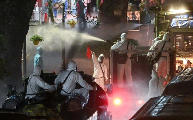 Cận cảnh quá trình phun tiêu trùng, khử độc kéo dài gần 1 tiếng ở Bệnh viện Bạch Mai