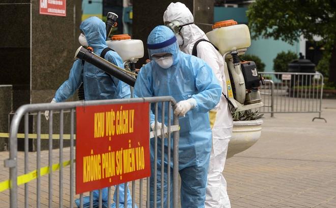 Hà Nội cách ly, phun khử độc toà nhà trên đường Hoàng Đạo Thuý, nơi có ca nghi nhiễm Covid-19