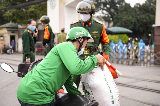 [Ảnh] Đoàn xe ô tô đưa hàng trăm người rời viện Bạch Mai sau khi phun tiêu trùng, khử độc - Ảnh 3.