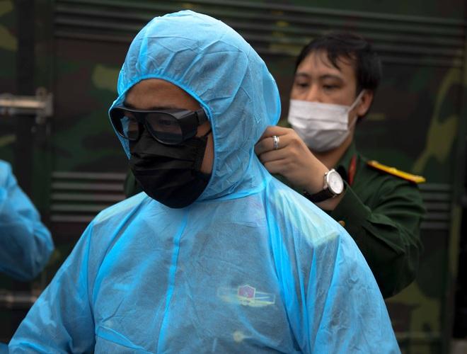 [Ảnh] Đoàn xe ô tô đưa hàng trăm người rời viện Bạch Mai sau khi phun tiêu trùng, khử độc - Ảnh 5.
