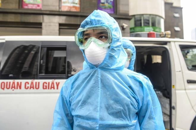 [Ảnh] 10 giờ của nhân viên y tế khi phun tiêu trùng, khử độc ở toà 34T, nơi nữ phóng viên nhiễm Covid-19 sinh sống - Ảnh 5.