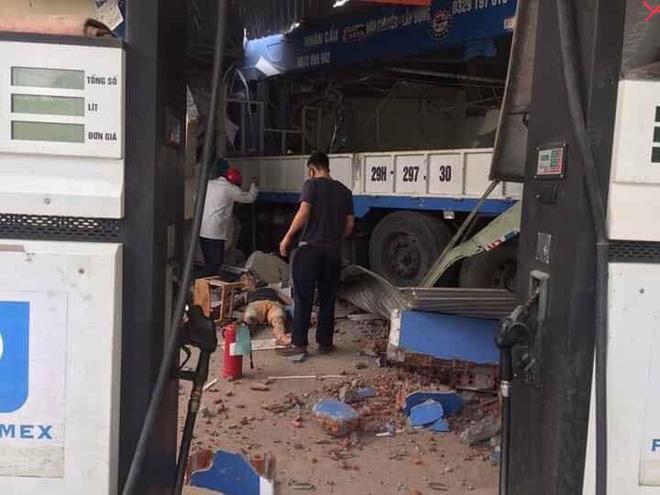 Hình ảnh vụ xe tải cẩu đâm sập cây xăng liên tục được chia sẻ trên MXH chiều Chủ Nhật - Ảnh 4.
