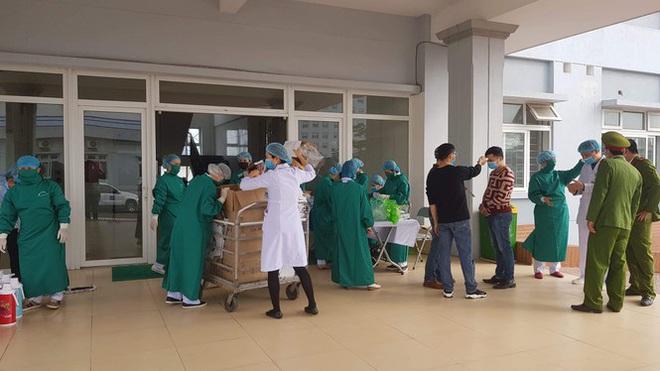 Thêm 9 ca bệnh, tổng số 188 ca, có 1 phóng viên và 2 bệnh nhân liên quan BV Bạch Mai; Bệnh viện Xanh-pôn cách ly 1 khoa vì BN 175 đến thăm con - Ảnh 2.