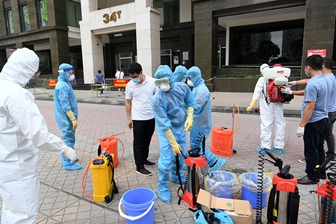 [ẢNH] Phun khử trùng toà nhà 34T Trung Hoà nơi nữ phóng viên dương tính Covid-19 sinh sống - Ảnh 1.