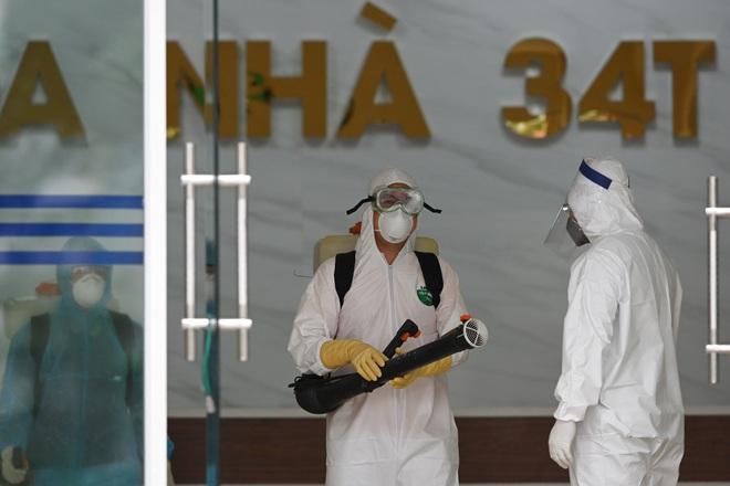 [ẢNH] Phun khử trùng toà nhà 34T Trung Hoà nơi nữ phóng viên dương tính Covid-19 sinh sống - Ảnh 2.