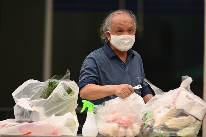 [ẢNH] Phun khử trùng toà nhà 34T Trung Hoà nơi nữ phóng viên dương tính Covid-19 sinh sống - Ảnh 10.