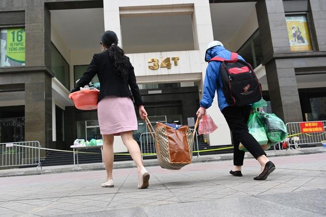 [ẢNH] Phun khử trùng toà nhà 34T Trung Hoà nơi nữ phóng viên dương tính Covid-19 sinh sống - Ảnh 7.