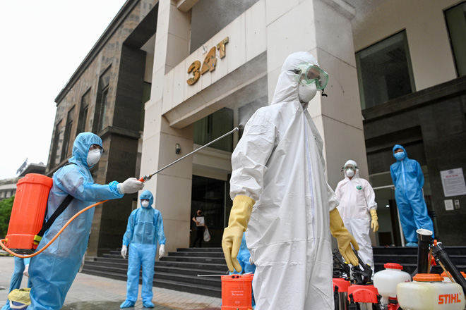 [ẢNH] Phun khử trùng toà nhà 34T Trung Hoà nơi nữ phóng viên dương tính Covid-19 sinh sống - Ảnh 14.