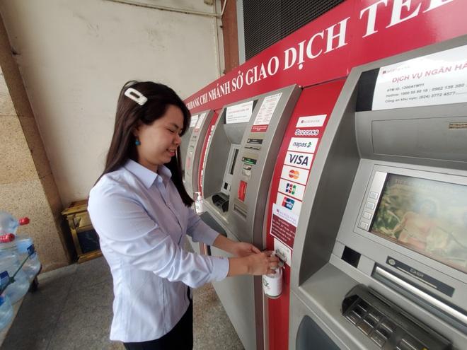 Agribank trang bị nước rửa tay khô cho 2.300 ATM: Nếu sợ mất thì chúng tôi đã không làm - Ảnh 1.