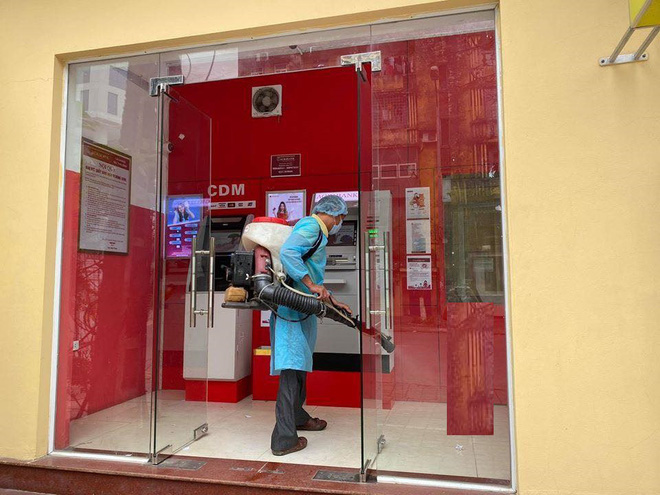 Agribank trang bị nước rửa tay khô cho 2.300 ATM: Nếu sợ mất thì chúng tôi đã không làm - Ảnh 2.