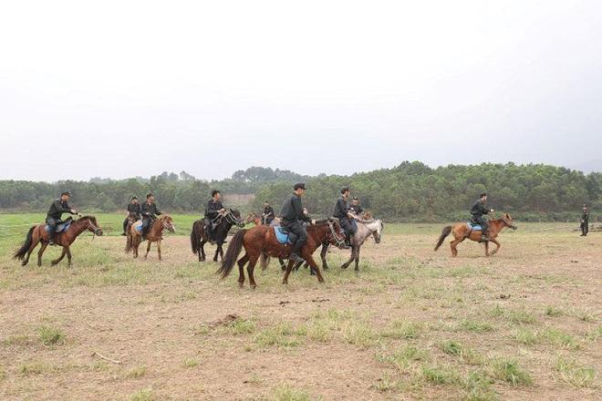 Bộ trưởng Tô Lâm thăm chuyên gia huấn luyện kỵ binh - Ảnh 2.