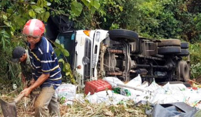 Xe tải lao xuống vực bên đèo Bảo Lộc, hai người thoát chết trong gang tấc - Ảnh 2.