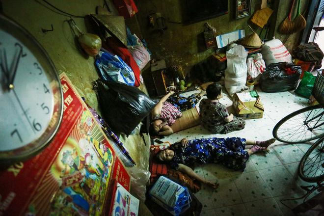 Bô lão vé số mùa Covid-19: Ba má ở Sài Gòn tiền lớn không có, chứ cơm rau người ta cho có thể sống qua ngày - Ảnh 5.