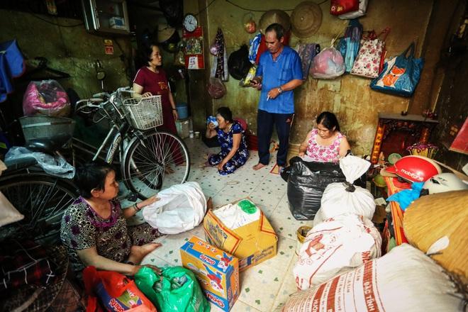 Bô lão vé số mùa Covid-19: Ba má ở Sài Gòn tiền lớn không có, chứ cơm rau người ta cho có thể sống qua ngày - Ảnh 2.