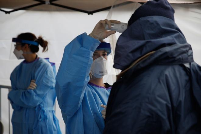 Moscow phong tỏa vô thời hạn; bệnh viện Mỹ quá tải, phải đặt thi thể trong túi đựng rác - Ảnh 1.