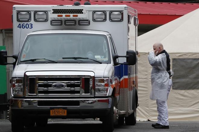 COVID-19: Bệnh viện Mỹ quá tải, phải đặt thi thể trong túi đựng rác; một Bộ trưởng Đức tự tử vì tuyệt vọng - Ảnh 1.