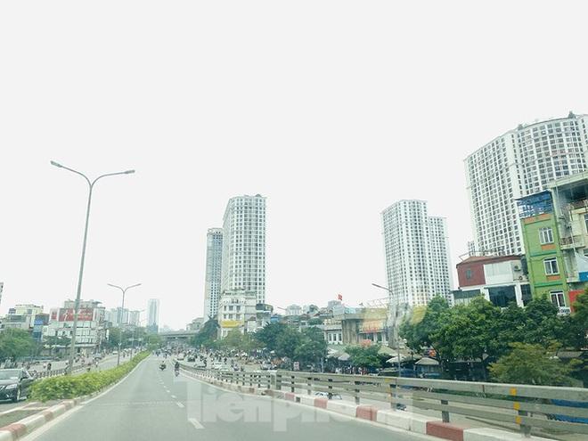 Đường phố Hà Nội vắng vẻ trong ngày đầu tuần đi làm mùa dịch COVID-19 - Ảnh 2.