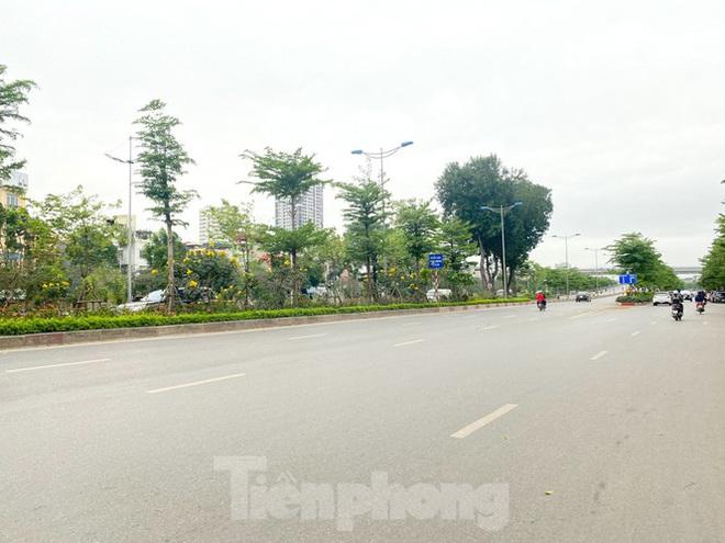 Đường phố Hà Nội vắng vẻ trong ngày đầu tuần đi làm mùa dịch COVID-19 - Ảnh 8.