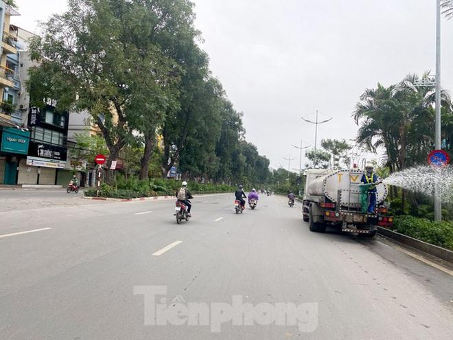 Đường phố Hà Nội vắng vẻ trong ngày đầu tuần đi làm mùa dịch COVID-19 - Ảnh 9.